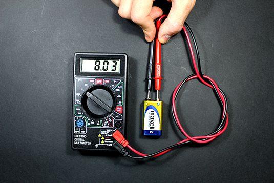 ���� - Medição de tensão com um multímetro