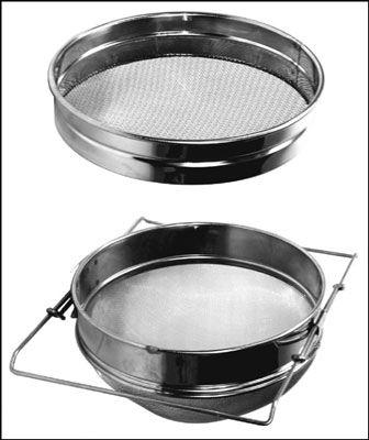 A, coador de mel duplo de aço inoxidável (como esta) é uma maneira eficaz de limpar o seu mel