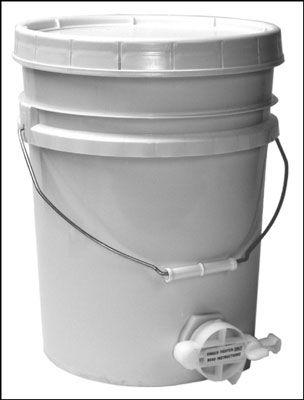 A válvula de porta de mel nesta cinco balde galão faz engarrafamento seu mel uma brisa.