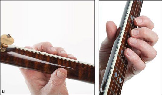 (A) colocar o polegar na parte de trás do pescoço e (b) mover os dedos perto das cordas para