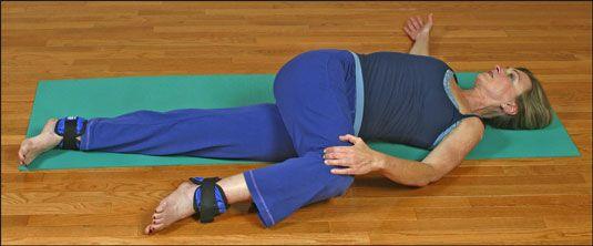 ���� - Como para aliviar a dor Hip com um Yoga-com-os pesos esticam