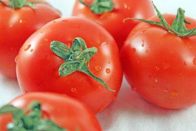 Gotas de água no tomate ajuda a torná-los olhar fresco. [Crédito: Distância focal: 55mm, velocidade do obturador: 1