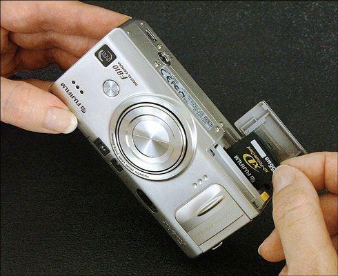 Insira o cartão de memória (ou removê-lo) a sua câmara digital.